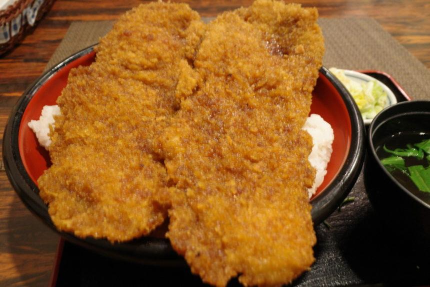 東大門のメガわらじカツ丼のアップ