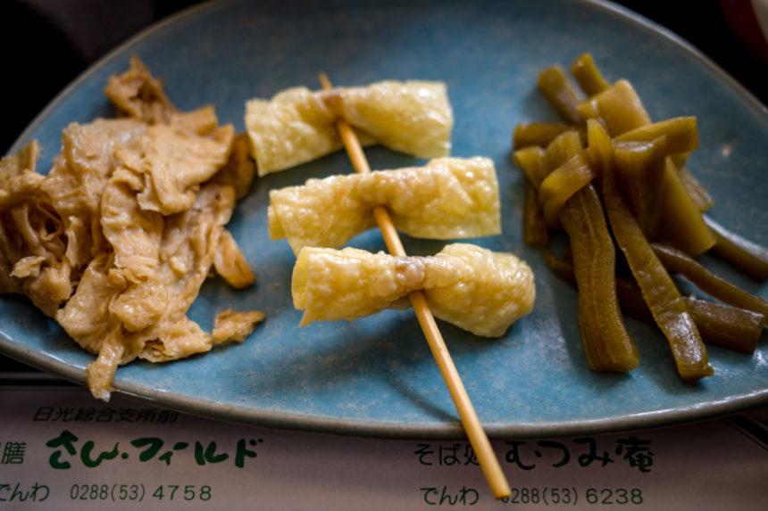 さんフィールドのゆば御膳の、ゆばつくだ煮・串ゆば ・ゆばおからの酢物