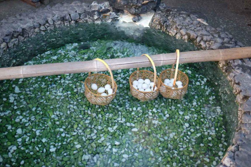 草津温泉「草津ガラス蔵」の温泉たまごが温泉に浸かっているところ