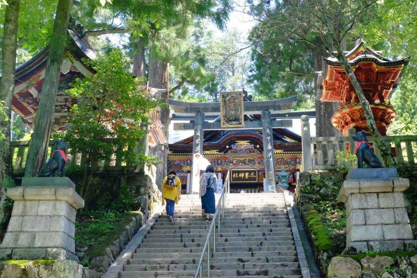 三峯神社の石段からの拝殿