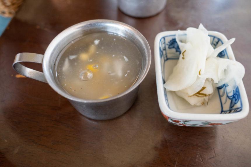 ほんとのインド料理とカレーの店の秩父わらじカツカレーのセットの漬物とスープ