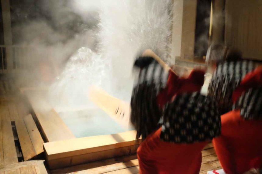 熱乃湯の湯もみと踊りのショーの踊りと湯もみ(1階での見学)