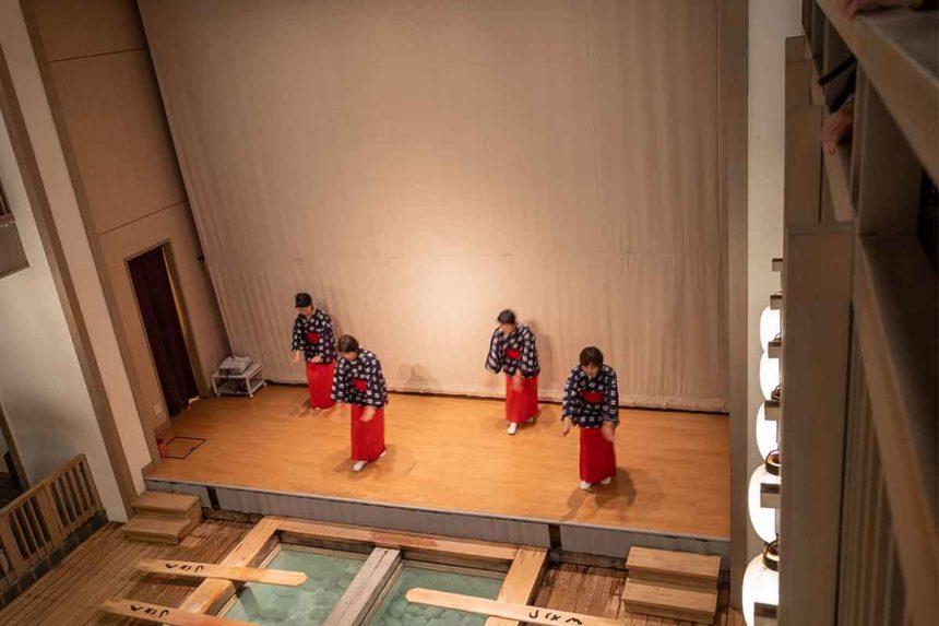 熱乃湯の湯もみと踊りのショーの踊り(2階での見学)