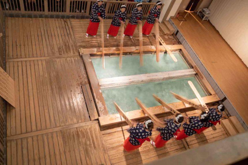 熱乃湯の湯もみと踊りのショーの湯もみの実演(2階での見学)