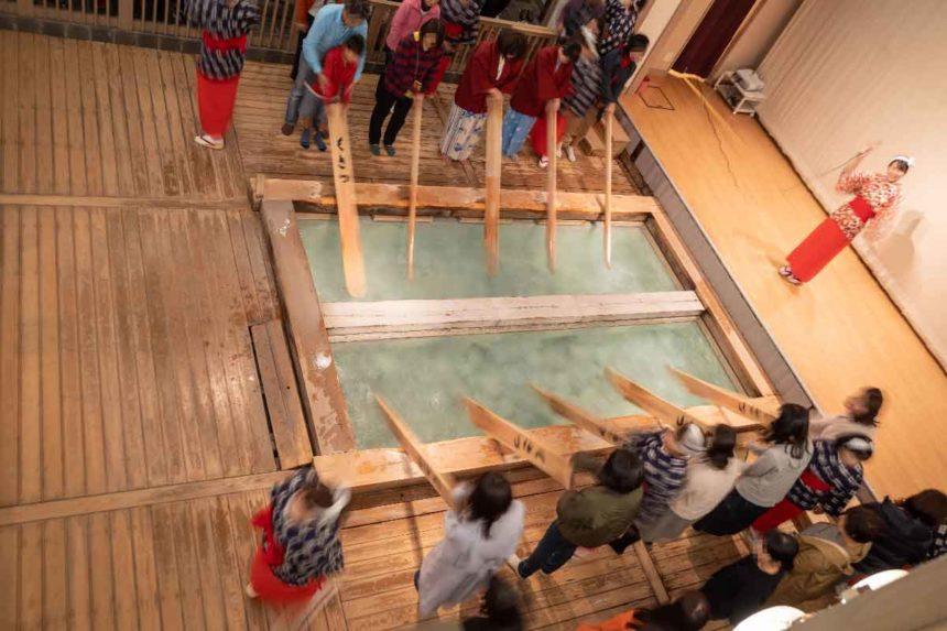 熱乃湯の湯もみと踊りのショーの湯もみ体験(2階での見学)