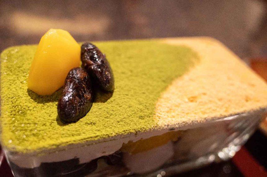 草津温泉「喫茶去」の抹茶と黒ごまプリンのパフェの上から