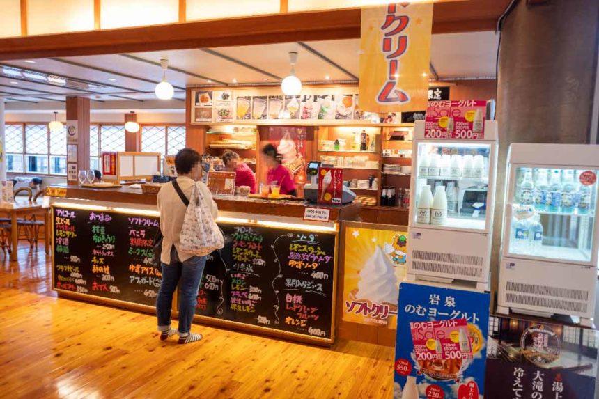 草津温泉「大滝乃湯」のラウンジカフェ